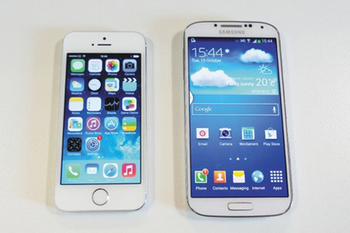 5s vs s4 It's a battle between two of the baddest smartphones on planet earth does apple's latest iphone bring enough to the table to take down the samsung galaxy s4 this time around.