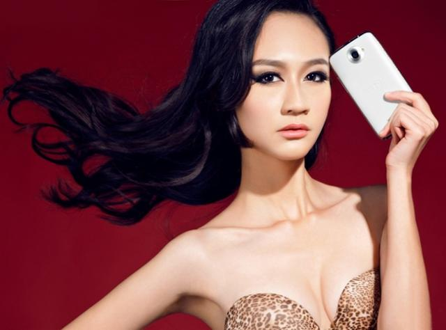 smartphone bên hot girl