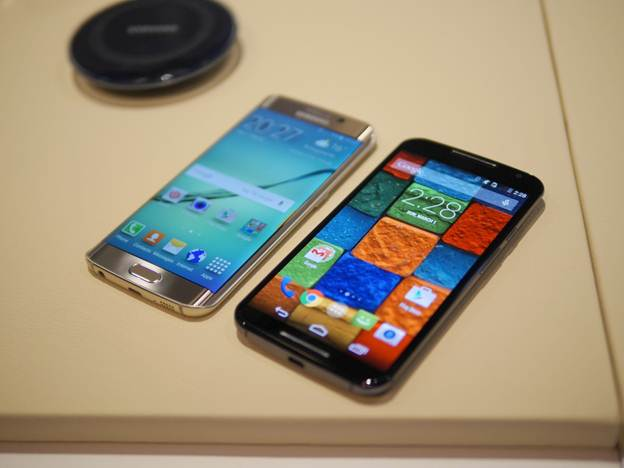 Galaxy_S6_Edge_vs_Moto_X