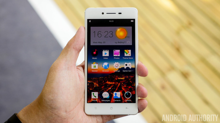 OPPO R7 sử dụng Android 4.4 KitKat với giao diện Color OS 2.1