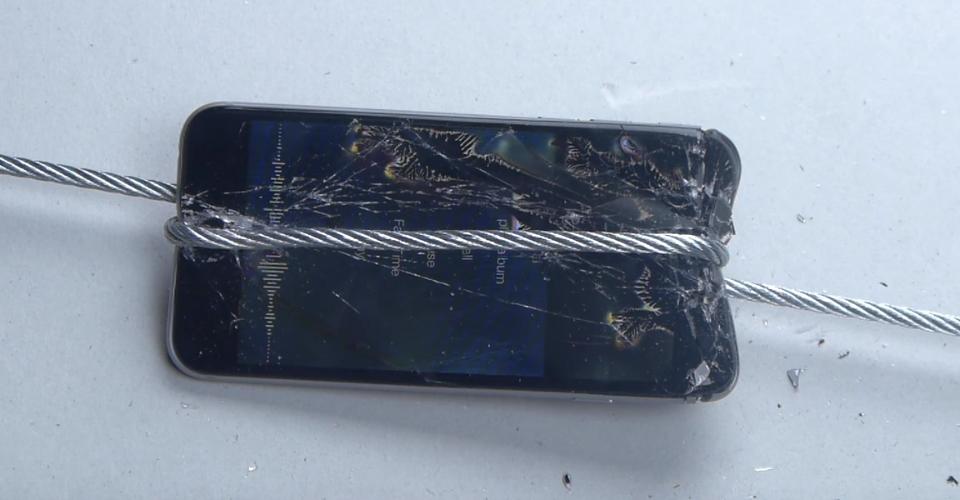 Thử độ bền iPhone 6s với áp lực 1600 kg 1