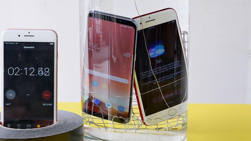 Samsung Galaxy S8 đọ chống nước với iPhone 7 RED