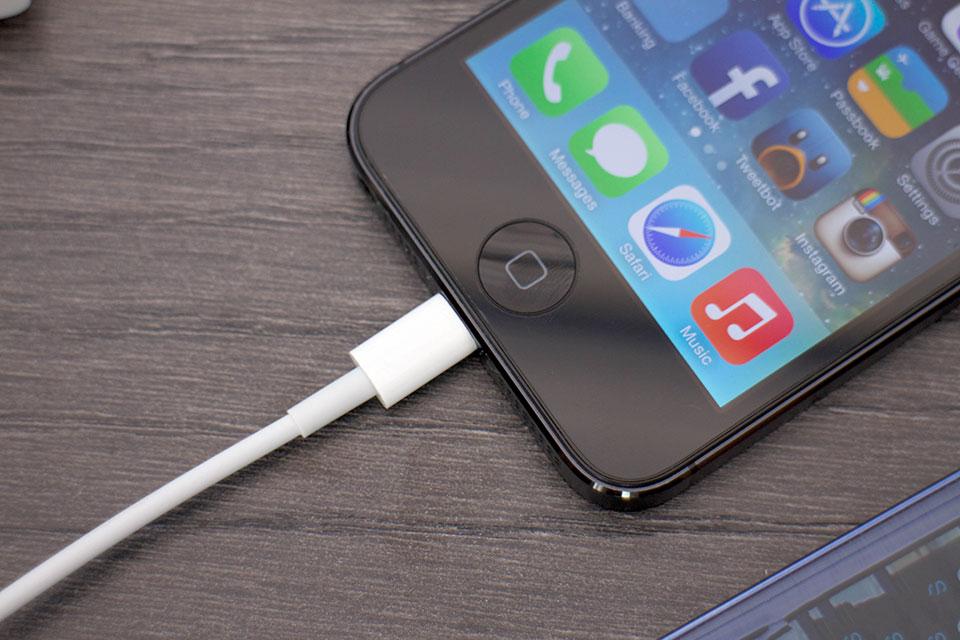 Kết nối iPhone với máy tính hoặc cắm sạc
