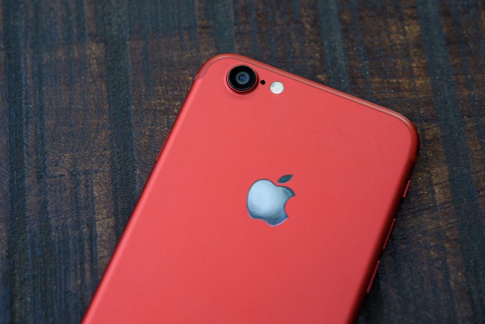 trên tay iPhone 6 độ vỏ màu đỏ của iPhone 7 RED