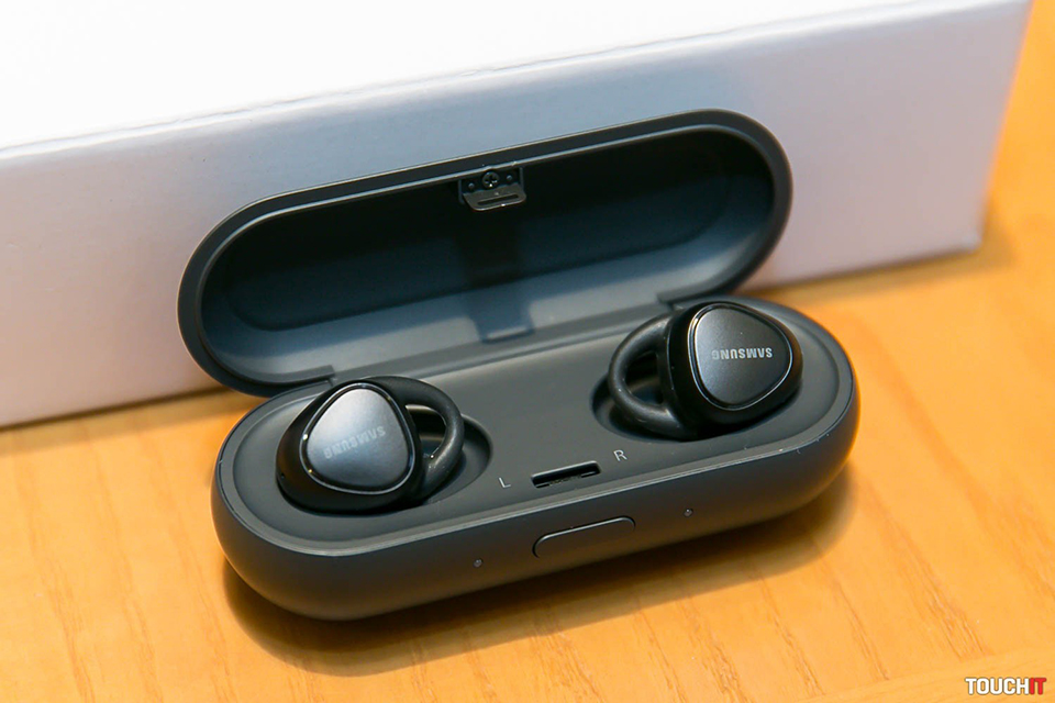 Trên tay Samsung Gear IconX: tai nghe Bluetooth hai bên kèm chức năng theo dõi sức khỏe
