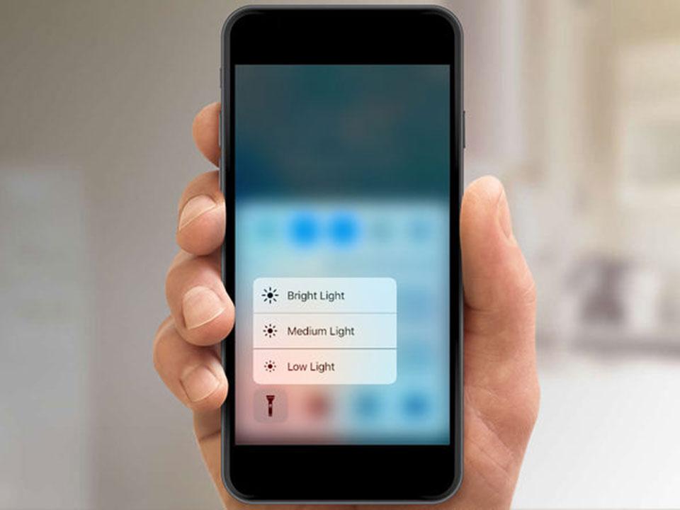 Nhấn giữ để mở ra tùy chọn điều chỉnh độ sáng đèn pin
