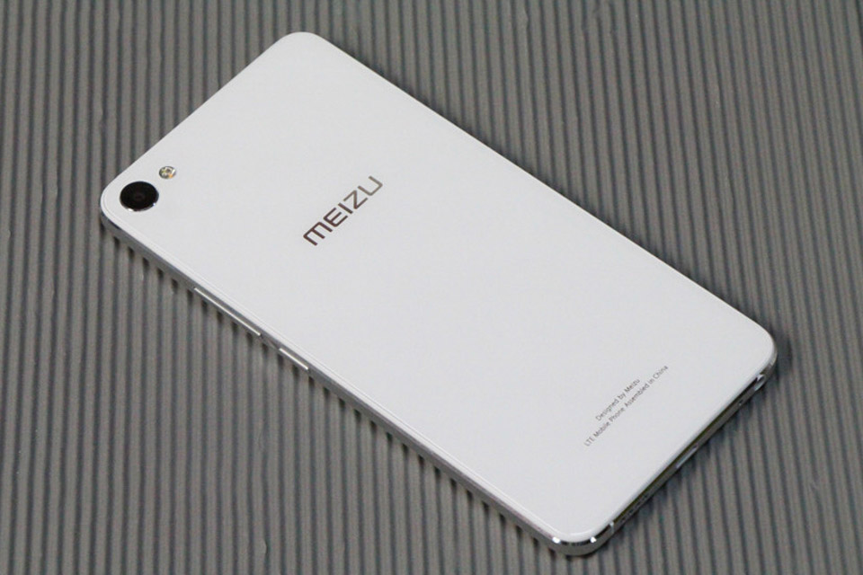 So sánh Meizu U20 và Galaxy J7 2015 1