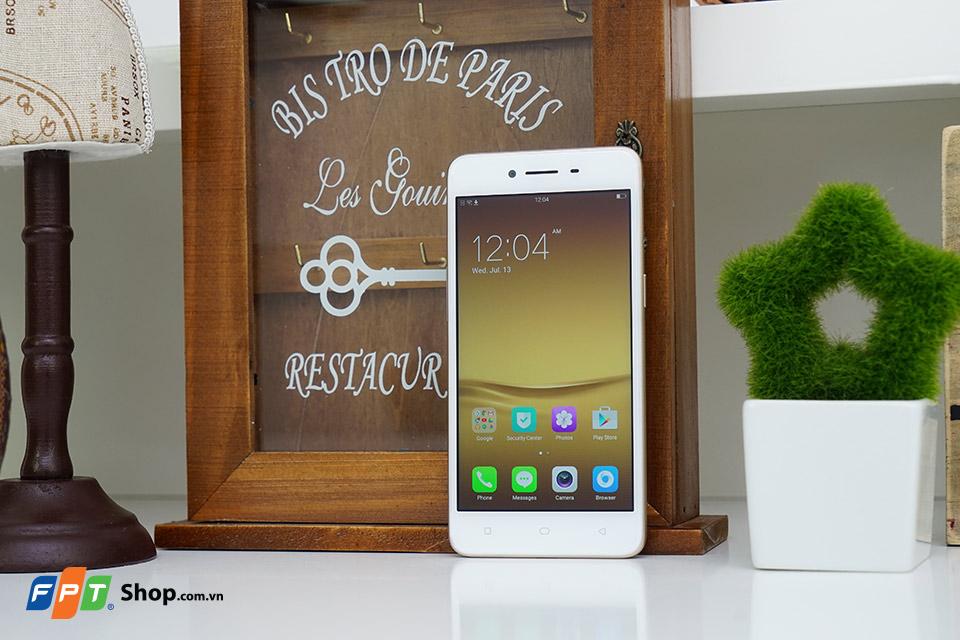 Máy có thiết kế khung kim loại cứng cáp, màn hình 5 inch HD
