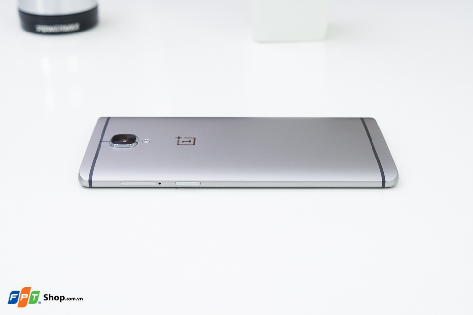 Cạnh phải của OnePlus 3