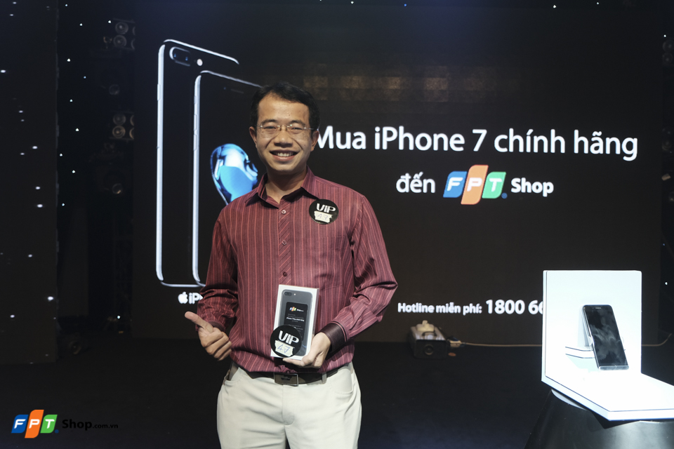 Hạnh phúc khi cầm iPhone 7 trên tay