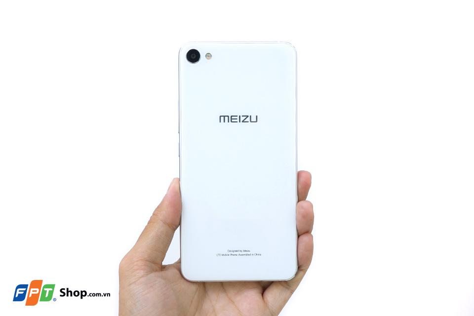 Mặt sau của máy nổi bật với logo Meizu và cụm camera, đèn flashLED