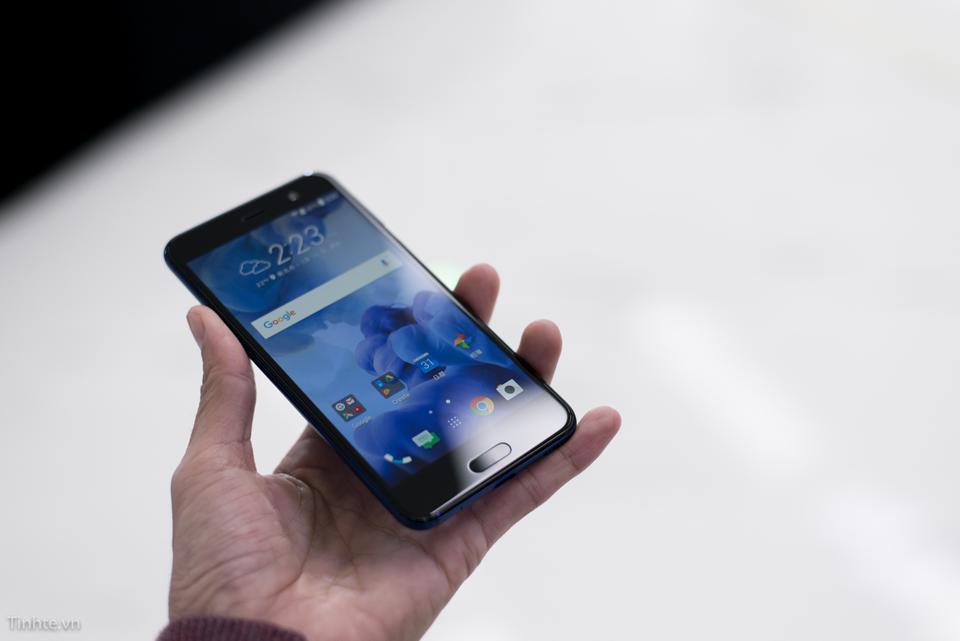 HTC U Play nhỏ hơn một chút so với U Ultra