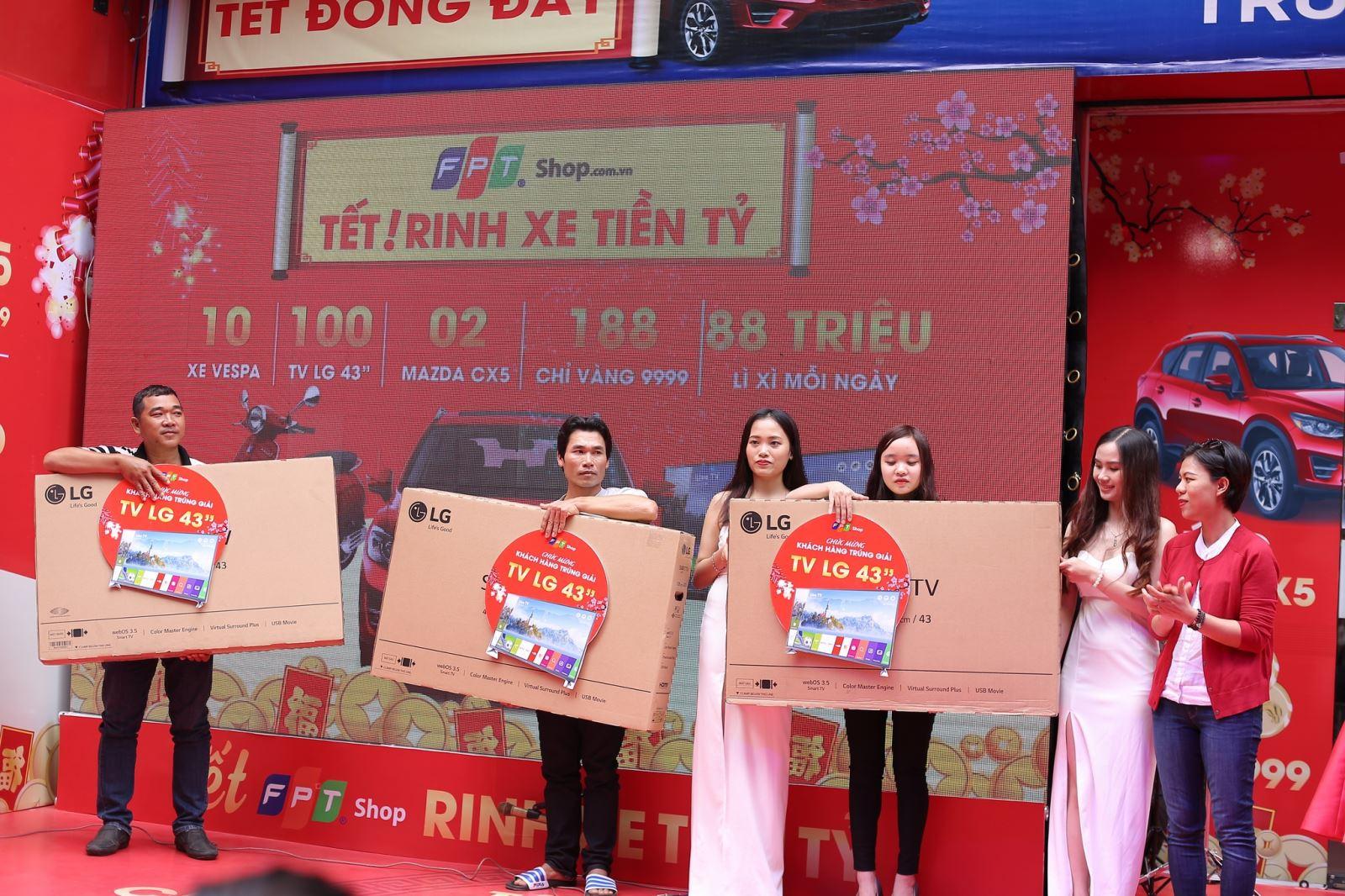 Đã tìm ra chủ nhân của 50 smart tivi và vàng 9999 trúng thưởng tại FPT Shop