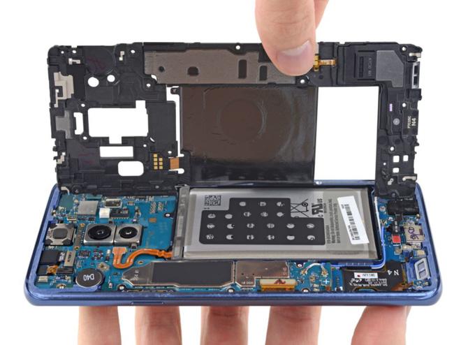 Mổ bụng Samsung Galaxy S9+ để khám phá linh kiện