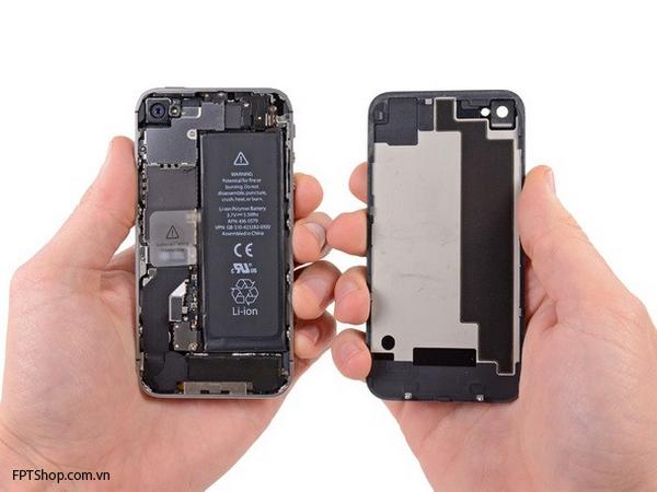 nhẹ nhàng đẩy mặt lưng của máy về phía mép trên của iPhone 4S