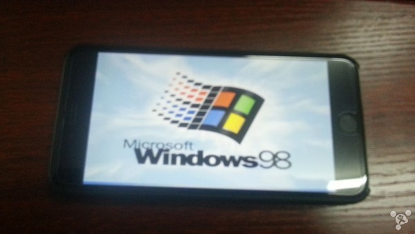 iPhone 6 Plus chạy Windows 98