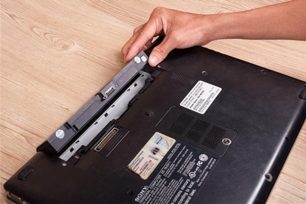 Phương pháp 1: Không tháo pin và sử dụng điện trực tiếp