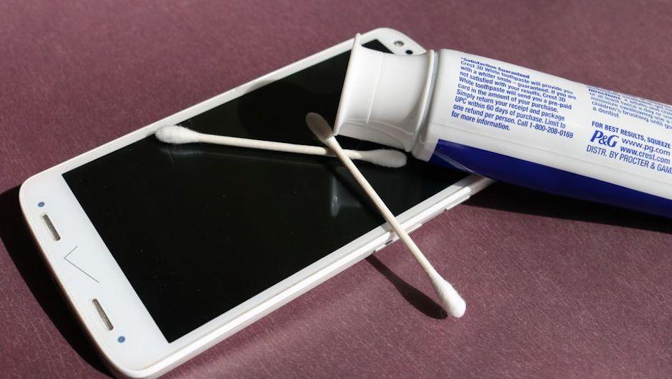 Xóa vết xước màn hình bằng kem đánh răng.